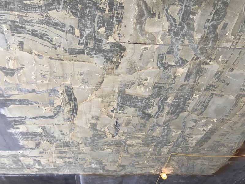 Enlèvement d'uréthane sur plafond de béton